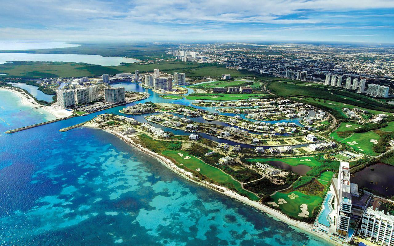 Vista aérea de Puerto Cancún Club. Comunidad planeada y campo de golf en Cancún, México.
